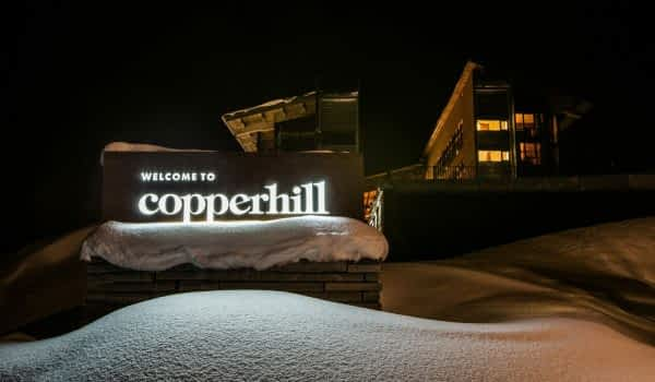 winter-night-hotel-sign-copperhill-mountain-lodge