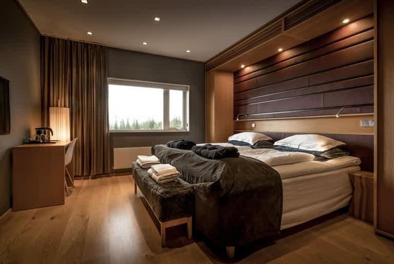 Bronze Standard - 2 bäddar / 22 m², Ett rum perfekt för två med dubbelsäng, skrivbord och ett modernt badrum. Rummen ligger med utsikt mot antingen skutan i öst eller över skogen i väst.