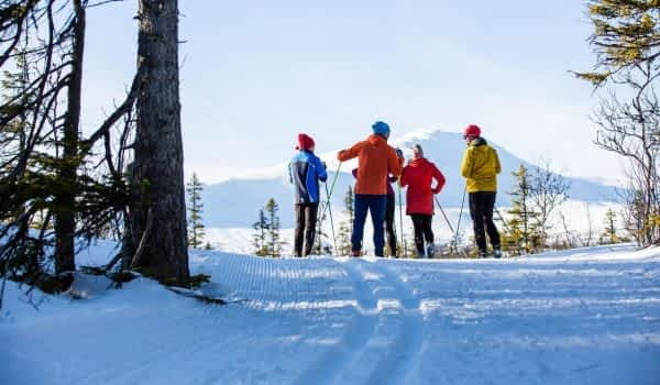 winter-friends-skiing-cross-country-copperhill-mountain-lodge