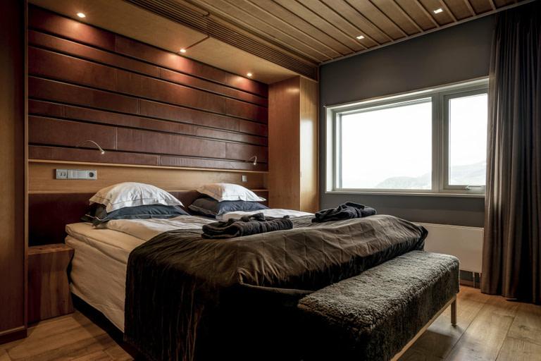 """Två separata sovrum, ett litet kitchenette och ett härligt sällskapsrum gör ditt """"home away from home"""" både mysigt, rymligt och socialt. I vardagsrummet finns soffgrupp, barbord och ett litet kitchenette. Ett sovrum har en delbar dubbelsäng och det andra har en platsbyggd våningssäng med hög liggkomfort. Badrummet har en härlig dubbeldusch och dubbla handfat. Utsikten från dessa sviter är antingen över skogslandsakpet i öst eller över Åreskutan i väst."""