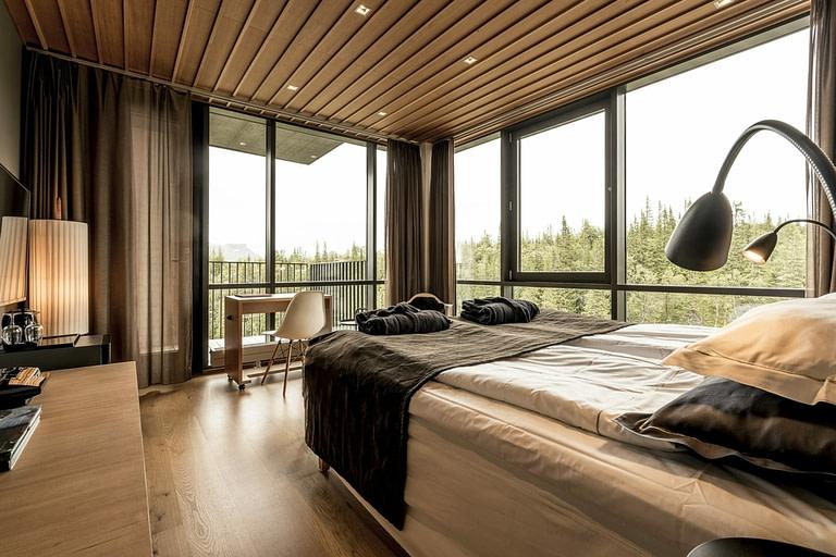 Ett ljust hörnrum perfekt för två. Stora härliga fönster med balkong mot skutan i väst. Rummet har två separata sängar.